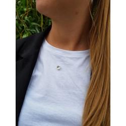Collier charme blanc porté