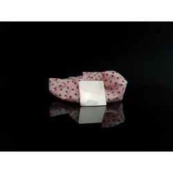 scrunchie blanc a pois rouges forme carré