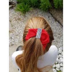 scrunchie rouge avec barrette martelée porté