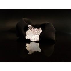 scrunchie noir avec sa forme aleatoire de coquillage