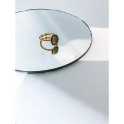 Jolie bague Maria sur son miroir